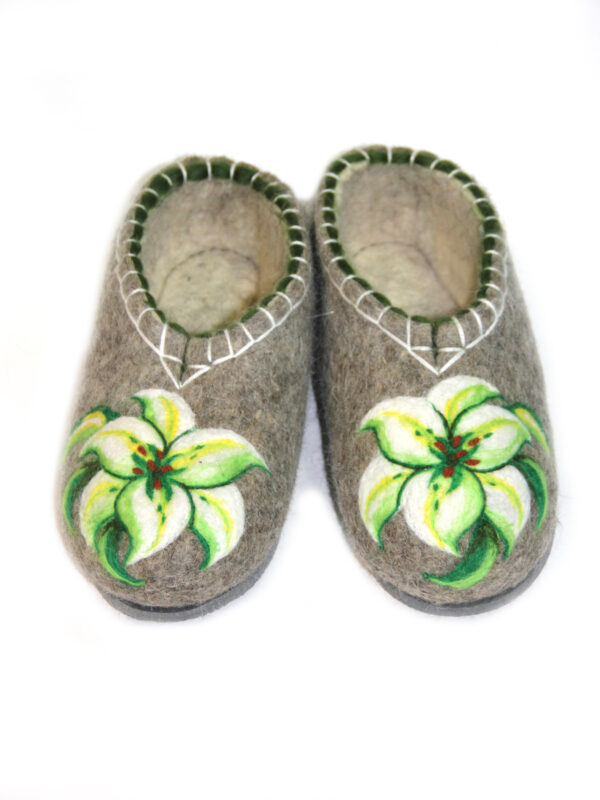 Войлочные тапочки ручной работы Лилии.